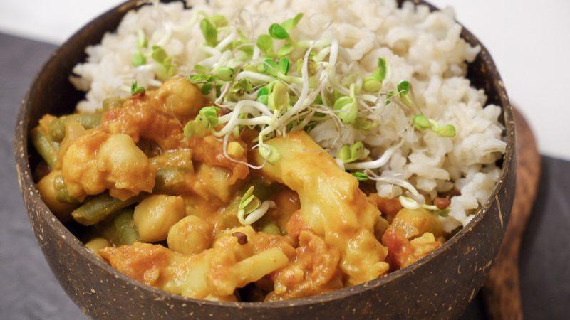 Super schnelles, veganes und gesundes Curry mit Blumenkohl und Kichererbsen