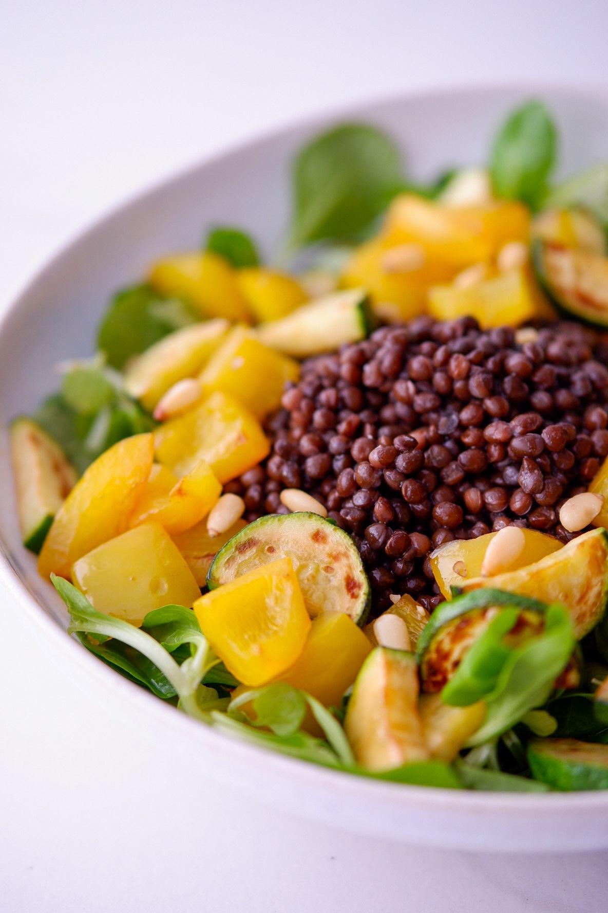 Salat mit Belugalinsen und Grillgemüse