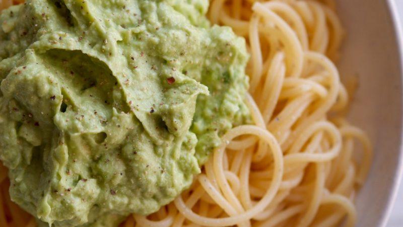 Super schnelle vegane Avocadocreme für Pasta
