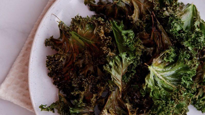 Super schnelle knusprige Grünkohlchips